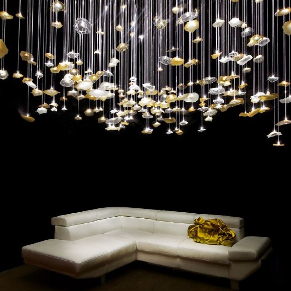Picture showing a chandelier with fibre optics and leaves creating a brillant play of light in the space.